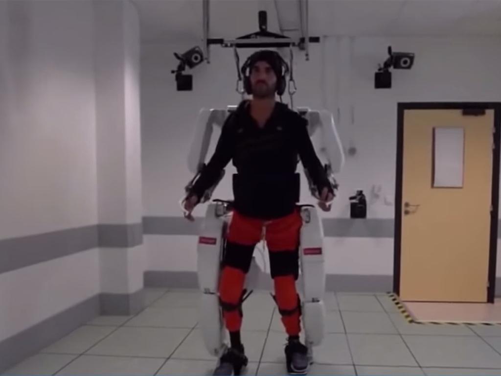 Francuz paralisan od vrata nadole ponovo je prohodao zahvaljujući mehaničkom egzoskeletu koji može da kontroliše umom